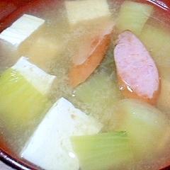 ウィンナーと豆腐とチンゲン菜の味噌汁