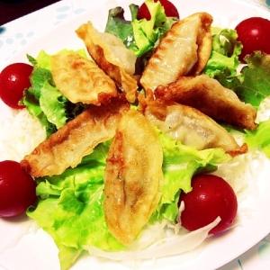 揚げギョウザの新しい食べ方(野菜の上に!)