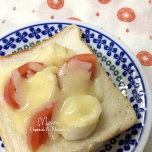 甘酸っぱっ♡トマトとバナナの蜂蜜チーズトースト