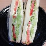 トマトとキャベツのサンドウィッチ