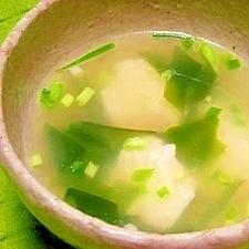 沖縄そばダシ☆豆腐とワカメのスープ
