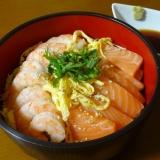 お刺身もおすすめ!サーモンとえびの海鮮丼