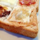 ピーナツクリームと胡桃とチーズのミニトースト