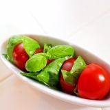 【簡単作り置き】バジル&トマトのプチサラダ