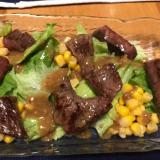 牛もも肉とコーン、レタスのサラダ