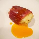 馬肉スモークポテサラ、卵黄がけ