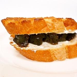 水切りヨーグルトとプルーンのサンドイッチ