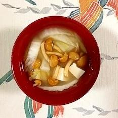 白菜、塩とうふ、なめこのお味噌汁