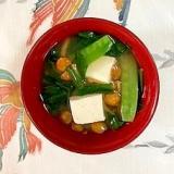 にら、木綿豆腐、なめこ、えんどうのお味噌汁