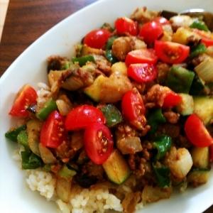 夏野菜とひき肉のゴマ味噌丼