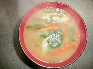 人参と玉葱とほうれん草の味噌汁