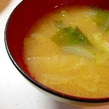 キャベツと玉ねぎとわかめのお味噌汁