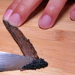 バニラビーンズのさやから種を取り出す方法