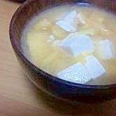 豆腐と油揚げと生姜の味噌汁