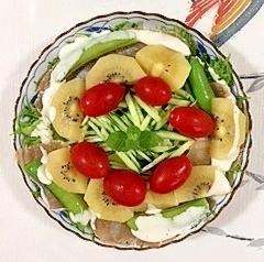 リーフレタス 、生ハム、キウイのサラダ