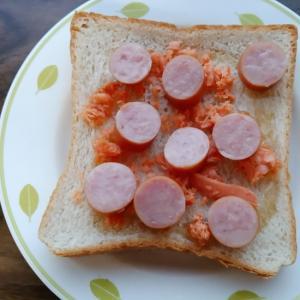 鮭ほぐしとウインナーと蜂蜜のトースト