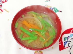 ニラとにんじんと玉ねぎの味噌汁