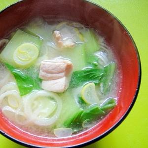 チンゲン菜と長ネギ鶏肉の味噌汁