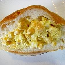 ゆで卵とコーンを詰めたフランスパン♪