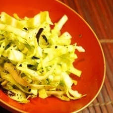 ポリ袋で簡単、調味料いらずのキャベツの塩昆布揉み