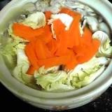残り野菜をたっぷり入れて小さな土鍋で一人牡蠣なべ