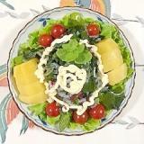 海藻サラダ、アスパラ、生ハム、キウイのサラダ