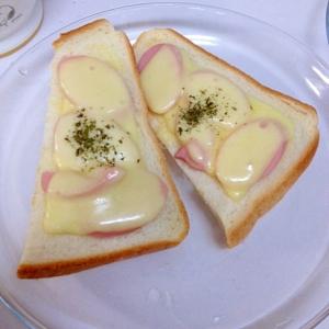 魚肉ソーセージを閉じ込めたチーズトースト