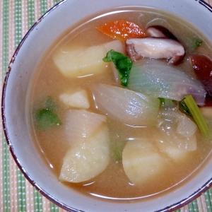 新じゃが 玉ねぎ 人参 小松菜の味噌汁 (圧力鍋)