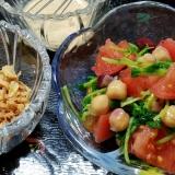 豆苗、ひよこ豆、トマトの簡単節約サラダ