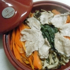 タジンで☆身近な野菜と豚肉の蒸し鍋~ポン酢を添えて
