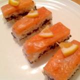 海苔の佃煮入りスモークサーモンの押し寿司