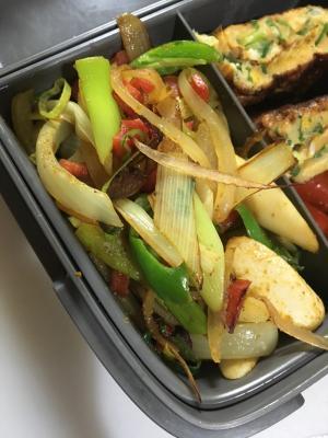 おやつソーセージと白葱と玉葱のエスビーカレー炒め✨