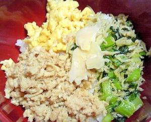 玉子と鶏そぼろとシラス菜の三色丼