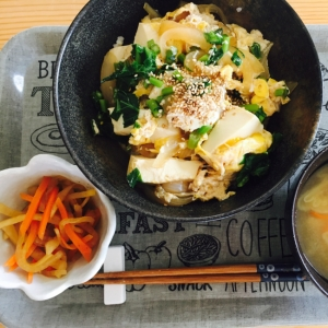 菜の花と新玉ねぎの春の豆腐入り玉子丼