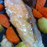 鮭、にんじん、じゃがいも、椎茸のバター焼き