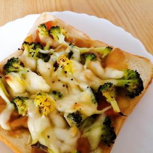 カレーとブロッコリーとチーズのトースト