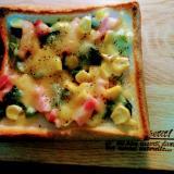 ツルムラサキとコーンのチーズトースト
