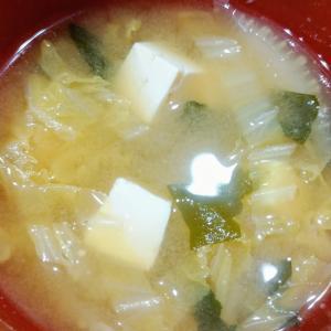 白菜わかめと豆腐のお味噌汁