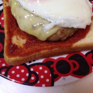 目玉焼きチーズハンバーグ(*^^*)トースト☆
