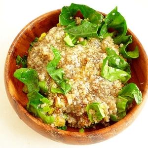 キヌアとチアシードとほうれん草のサラダ