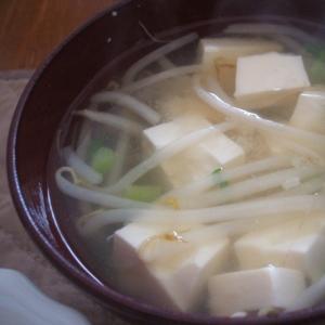 もやしと豆腐と大根菜の味噌汁